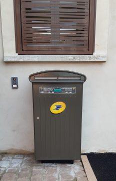 La nouvelle boîte aux lettres devant la nouvelle mairie à Tresserre