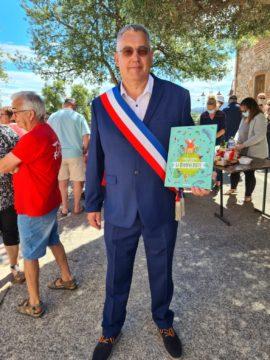 Darren RIGBY, troisième adjoint au maire avec le livre de Hubert Reeves, La Biodiversité, offert aux enfants de CM2 qui passent en classe de Sixième
